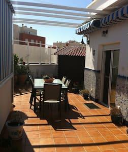 Ático muy acogedor con una esplendida terraza - Almería