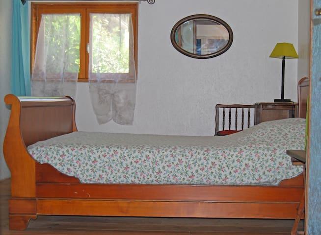 La chambre du RDC avec lit double de 140X190 proche salles d'eau
