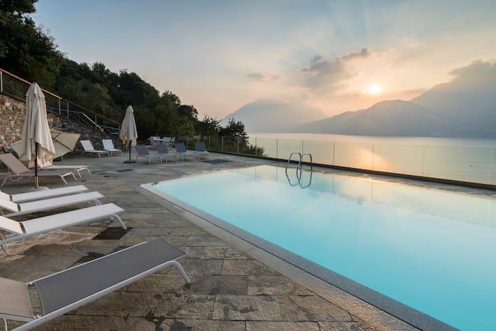 beautiful poolside and stunning lake view Gardenia