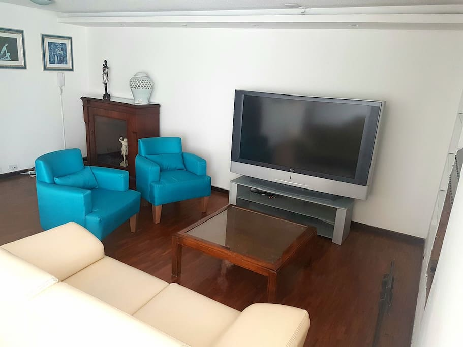 Living Room with cable tv and hi-speed wifi!