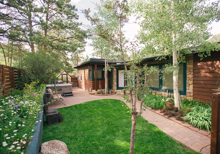 Private Mountain Haven with Hot Tub; NEW REMODEL!