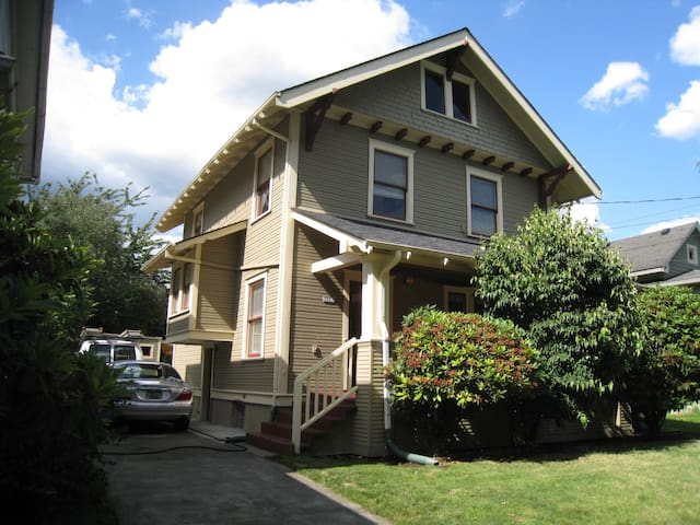 Charming Craftsman Home in the heart of Hawthorne