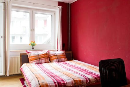 Red Modern City Room with a Private Sunny Balcony! - Kolonia - Apartament