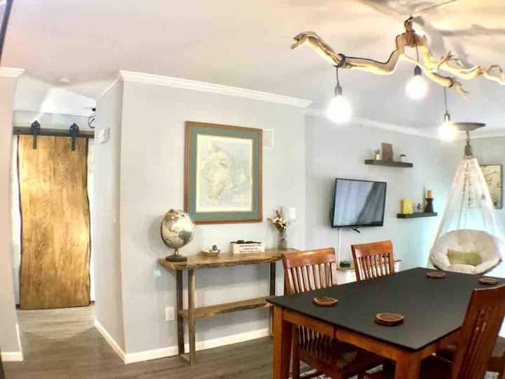 2 BR Urban Escape Apt on Quiet Wooded Street