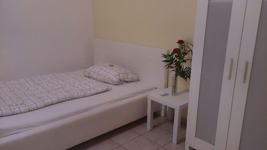 Schönes Kellergeschoss Zimmer - Langenzenn