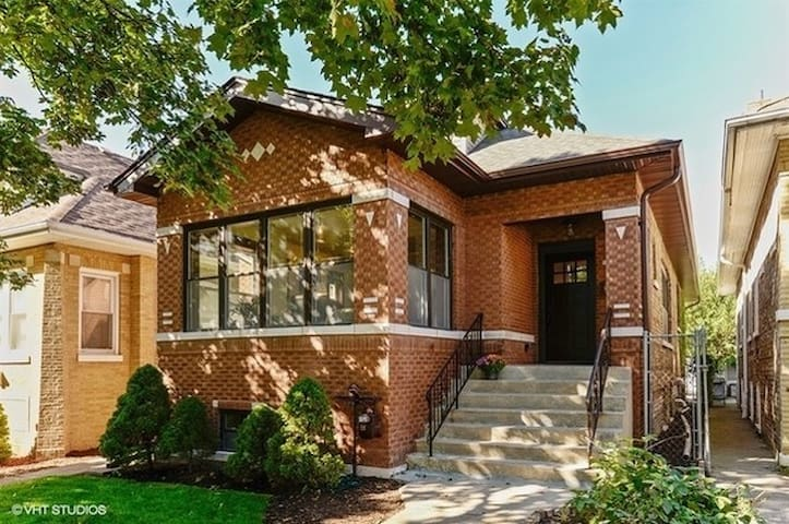 """Chicago Bungalow """"get away"""" in the City"""