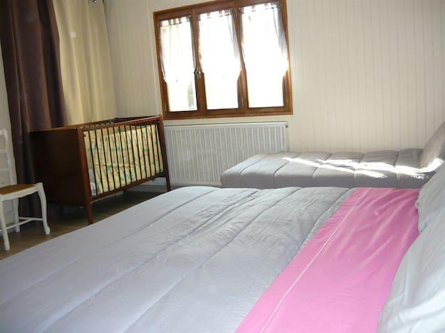 chambre N° 2 :   ou nous pouvons mettre 3 lits de 90   et un lit bébé
