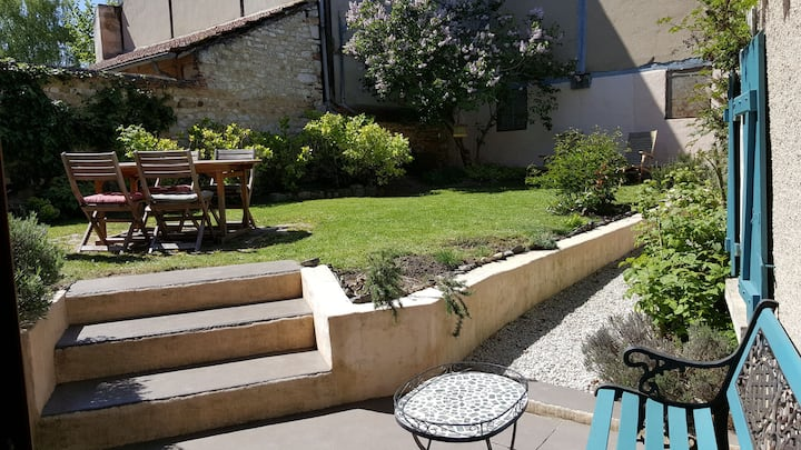 Quiet house and garden in the heart of town !