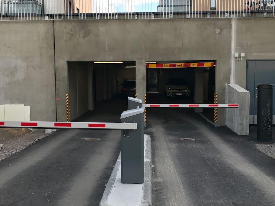 Parkkihalliin sisäänkäynti tapahtuu magneettiavaimella tai numerokoodilla  Entrance to Parking lot is possible with magnetic key or passcode