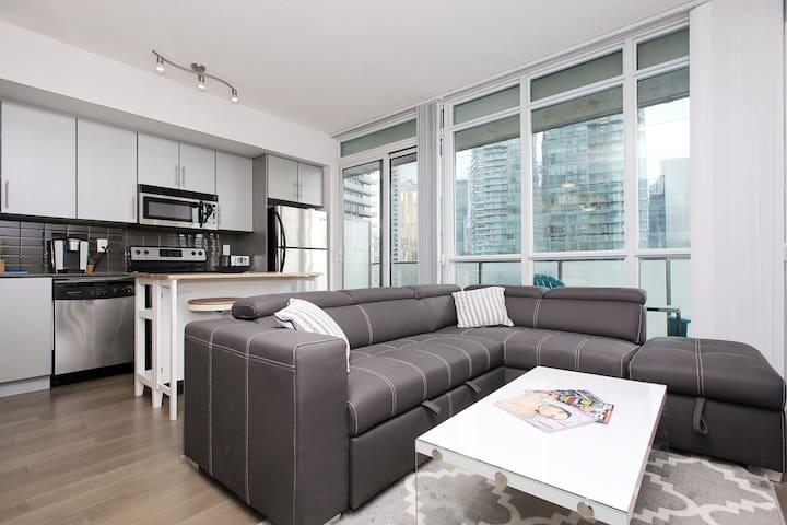Luxury Downtown Toronto Suite - Fast Wifi/Balcony