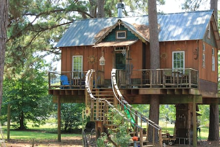 Cedar Treehouse on Cross Lake