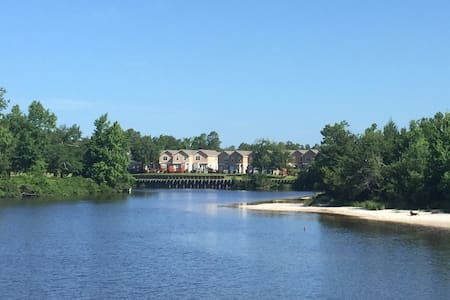 Peaceful, TownHome on River--minutes from Beaches!