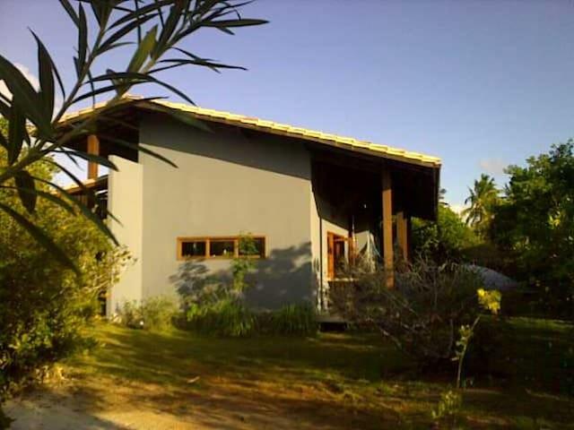 Casa gostosa com jardim 800 m da praia de Imbassaí - Mata de São João - Casa