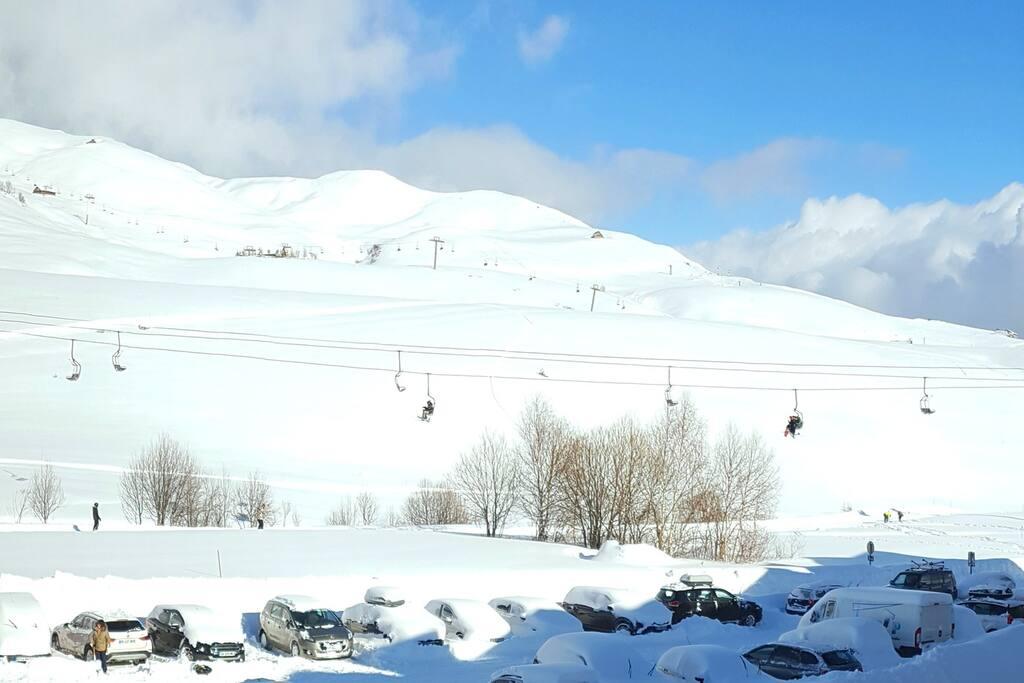 DEPUIS LE BALCON : appartement skis aux pieds, au calme, vue sur la montagne !