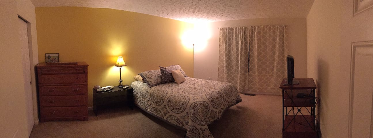 Great size guest room with a Full bed.