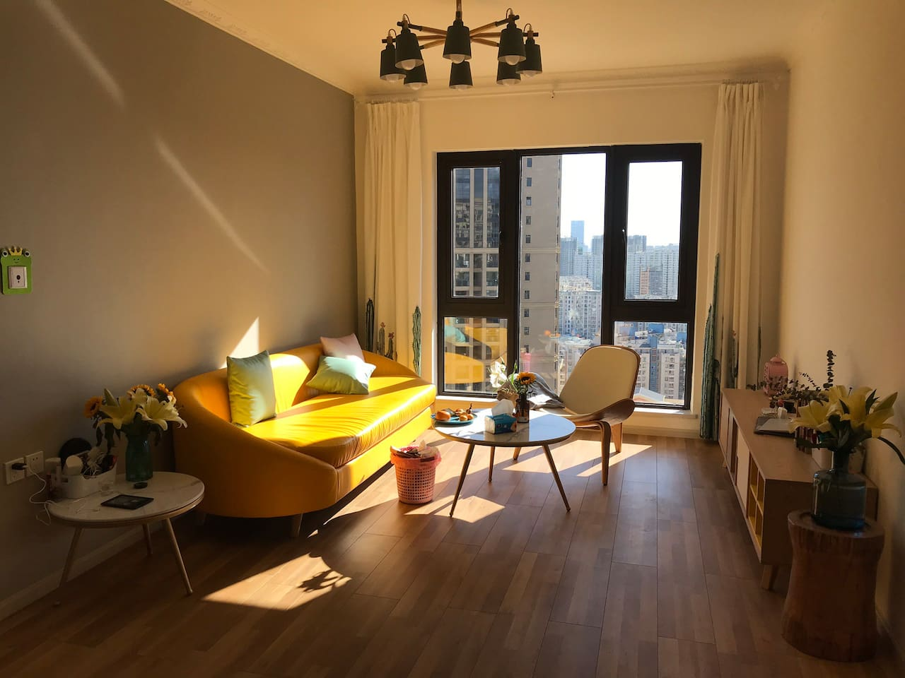 阳光充足的高层客厅