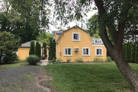 Bed & Biscuit - Large Cottage