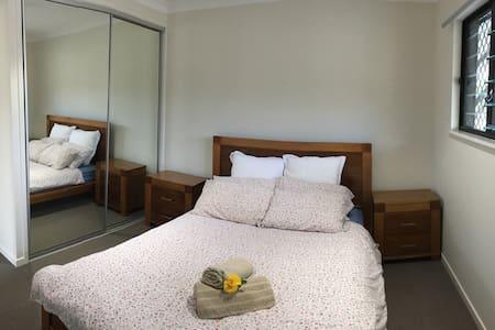 Lovely ensuite bedroom *Brand NEW* - White Rock