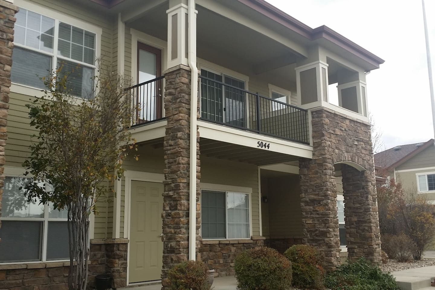 2nd floor 2 BR condo with Mountain view.