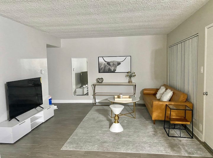 Close DTLA Great Location Modern Home w Pool/Gym