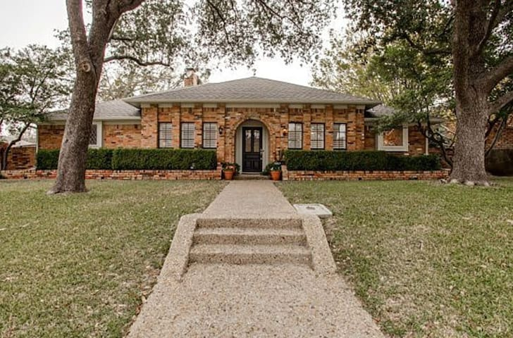 Large home in friendly neighborhood - Dallas