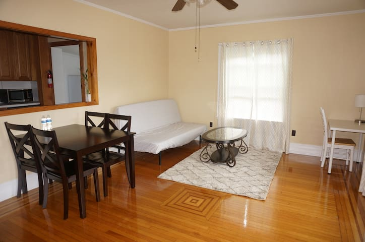 Apartment near transit/free parking/self check-in