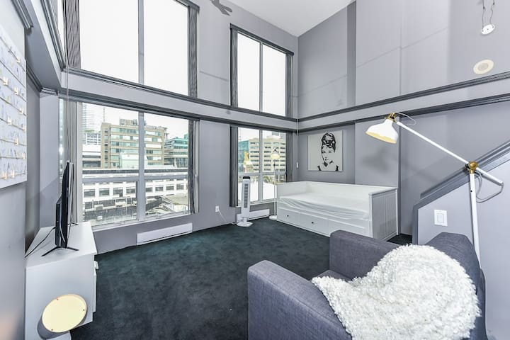 Funky 2 Level Loft -Gorgeous City Views!A+Location