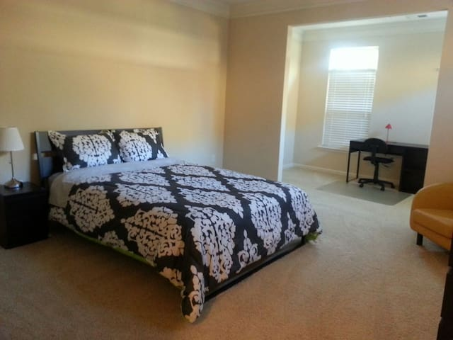 Private Master Bedroom - Johns Creek