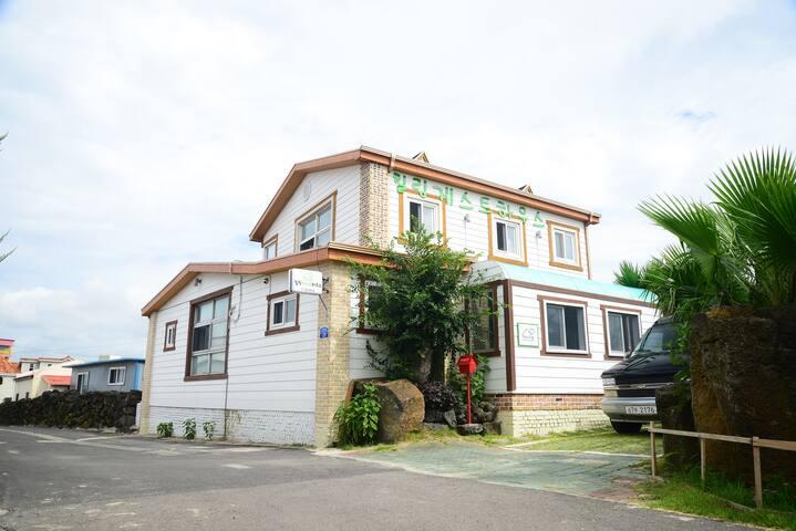 힐링게스트하우스-커플실 더블 - Hallim-eub, Jeju-si - Apartment