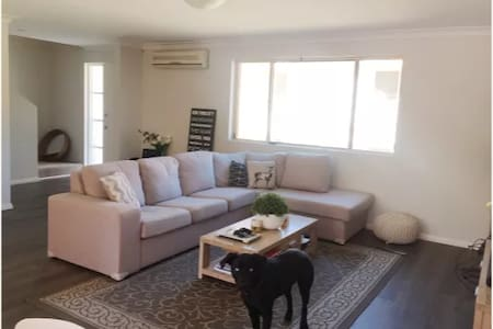 Spacious room by the sea. - Terrigal