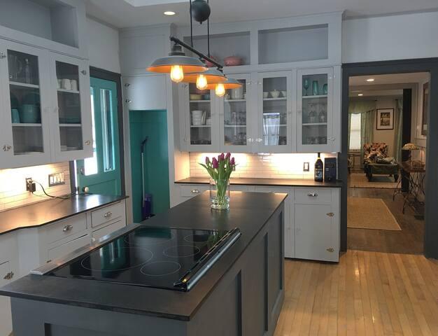 Spacious Renovated City Home - Averill House