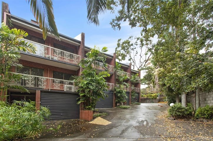 Large private ensuite with pool - near UQ and CBD - Saint Lucia - Townhouse
