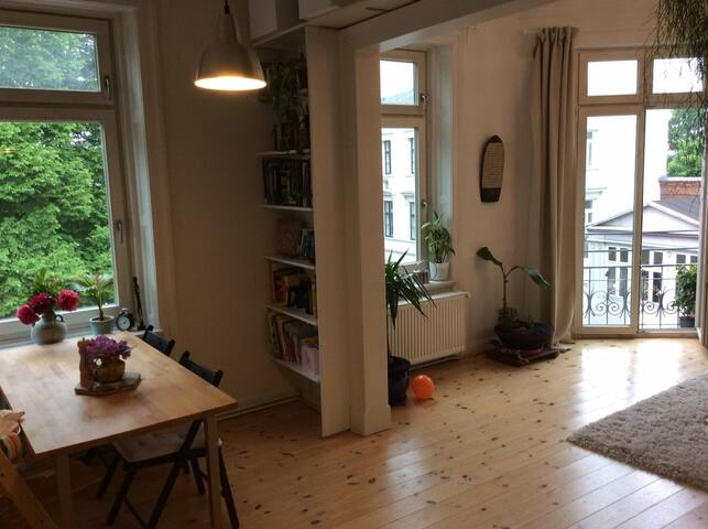 Sunny and spacious Ottensen apt right by the Elbe!