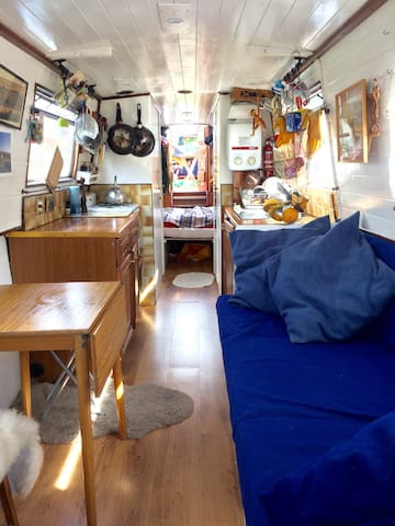 Charming narrowboat in central east London