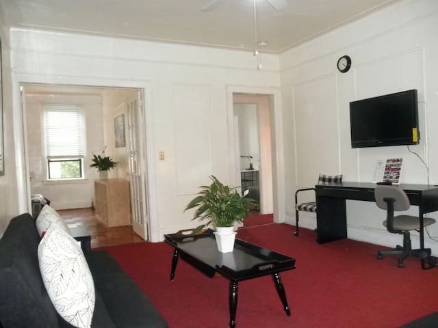 Two-Bedroom Sunny Apt - 15 mins to Midtown - Queens - Appartamento