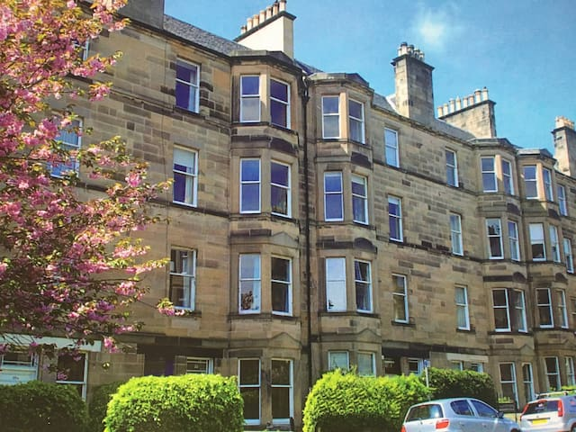 Spacious, airy two bedroom flat in Morningside