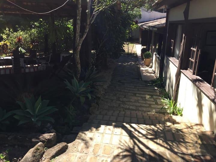 Casa colonial com lindo jardim,quiosque e piscina.