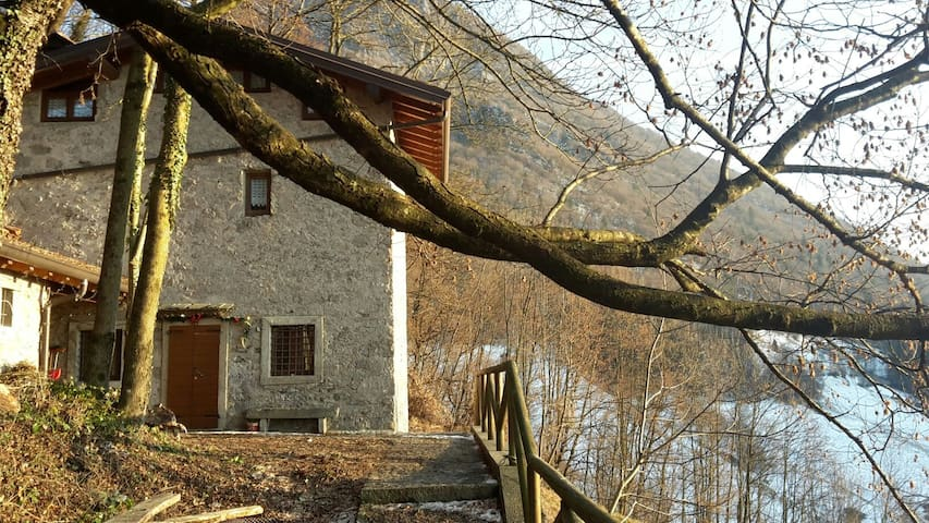 Beautiful House on 3 levels in the middle of natur - Cornalba - Chalupa