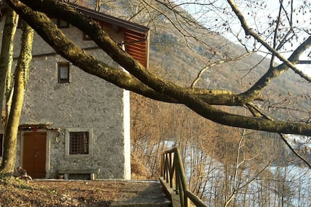 Beautiful House on 3 levels in the middle of natur - Cornalba - Almhütte