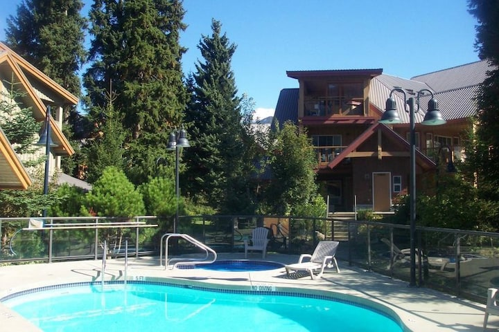 Whistler Condo 2 bed and 2 bath + private hot tub