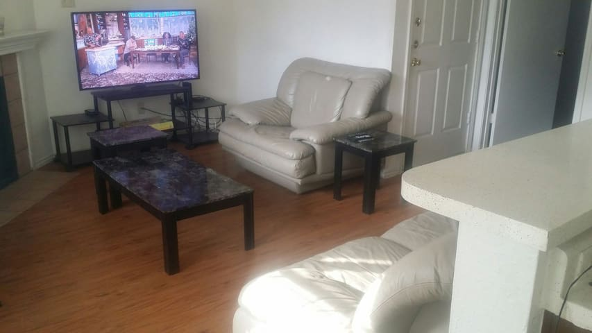 Entire Cozy 1 Bedrm Apartment: Fully-Equiped