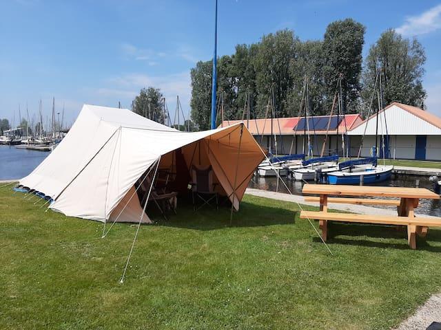 Stoere De Waard tent 'Jan' in gezellige haven