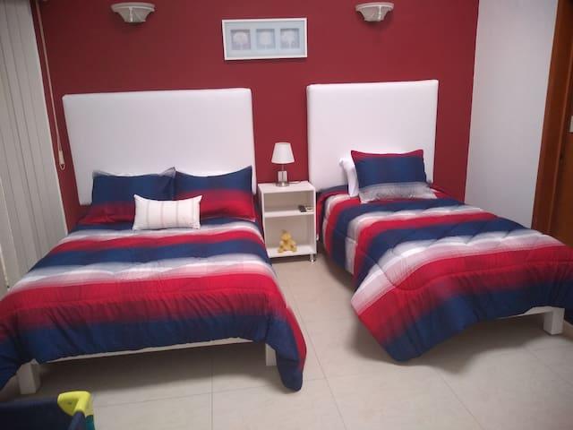Recamara  1 cama matrimonial y una individual  cuenta con tv y cable   baño privado