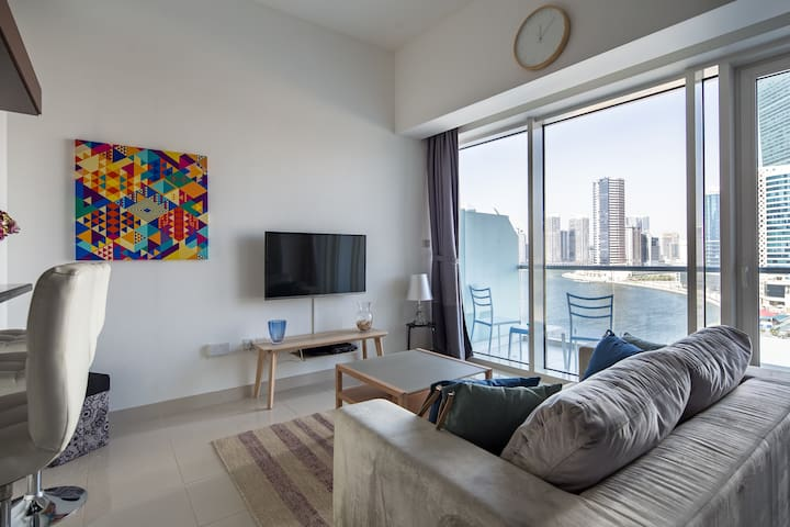 Colorful Airy studio in Business Bay - Bay Views!