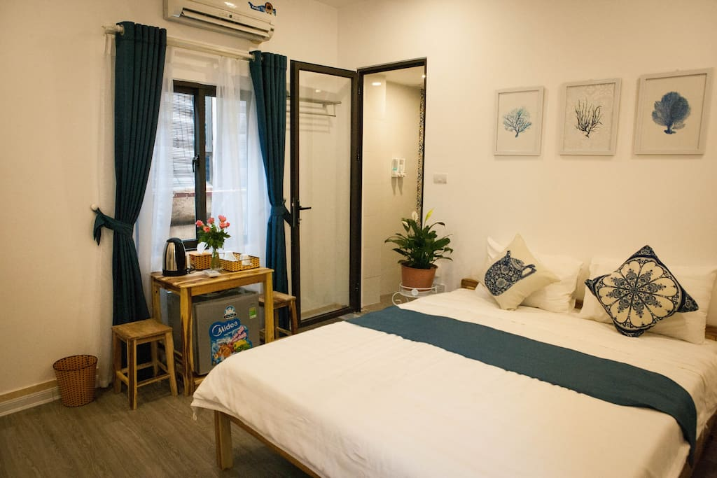 The Old Quarter Harmony Room is a mix of patterned brickwork on the wall and glass doors, giving you an unforgettable space, well-appointed rooms, king-size bed, minibar, work desk and spacious bathroom.