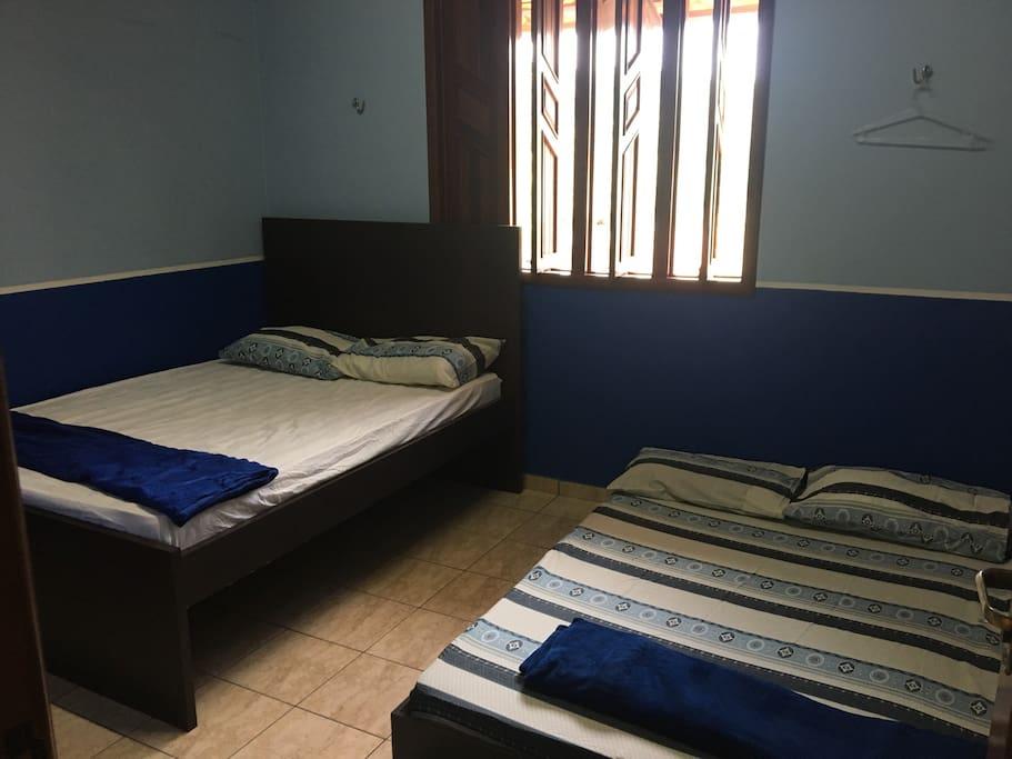 Suite com bi-cama de casal e local p rede
