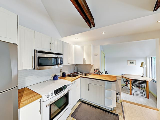 Home chefs will appreciate the well-equipped kitchen, outfitted with a full suite of modern appliances.