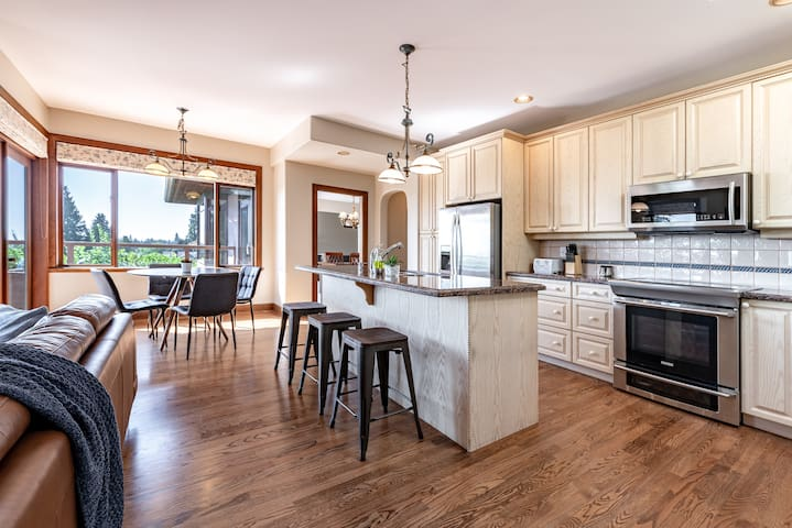 Prestigious West Vancouver 4 bdrms+2.5 baths home