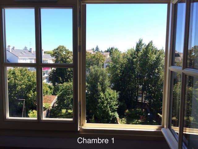 Chambre 1 sur jardin, très calme et vue verboisée.