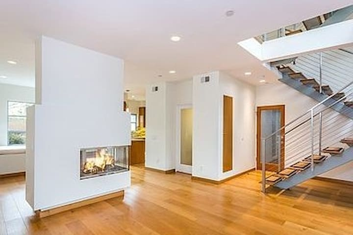 Santa Monica townhouse - steps from beach/Main St